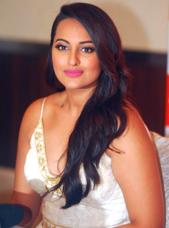 Sonakshi Sinha Biography, Movies, Height, Age, Family, Net