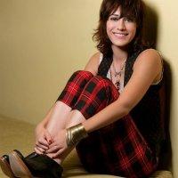 Lizzy Caplan 1